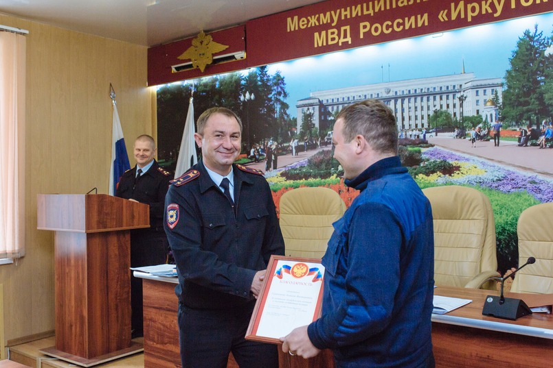 Андрей Жбанов вручает награду Алексею