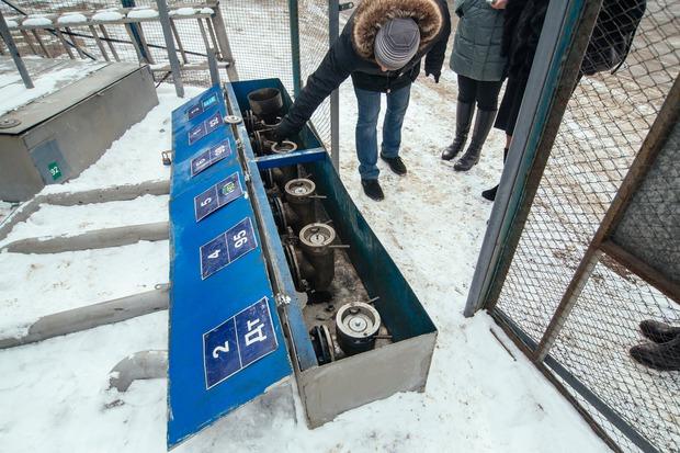 каждый месяц берут пробы топлива из всех резервуаров на каждой заправке и проводят проверку качества