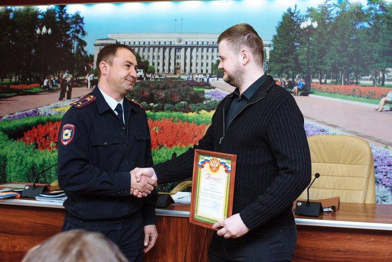 Андрей Жбанов вручает грамоту Дмитрию