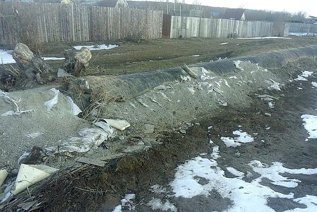 МЧС укрепляло дамбу отсевом в мешках, часть которых растащили. Фото предоставил Иван