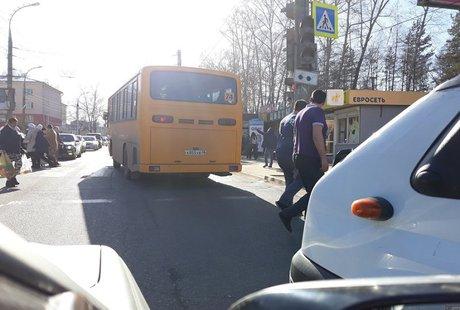 ВИркутске автобус проехал накрасный знак светофора исбил пешеходов