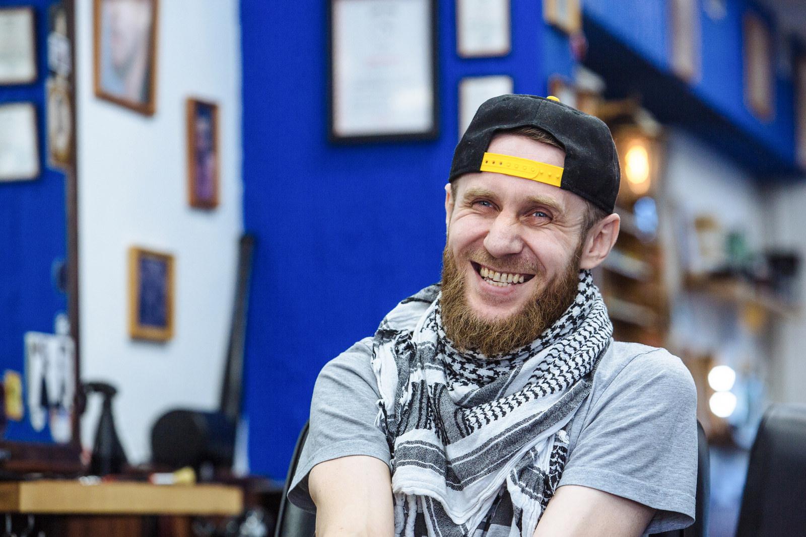 Рустам собирает кепки, из разных стран их ему привозят друзья и клиенты