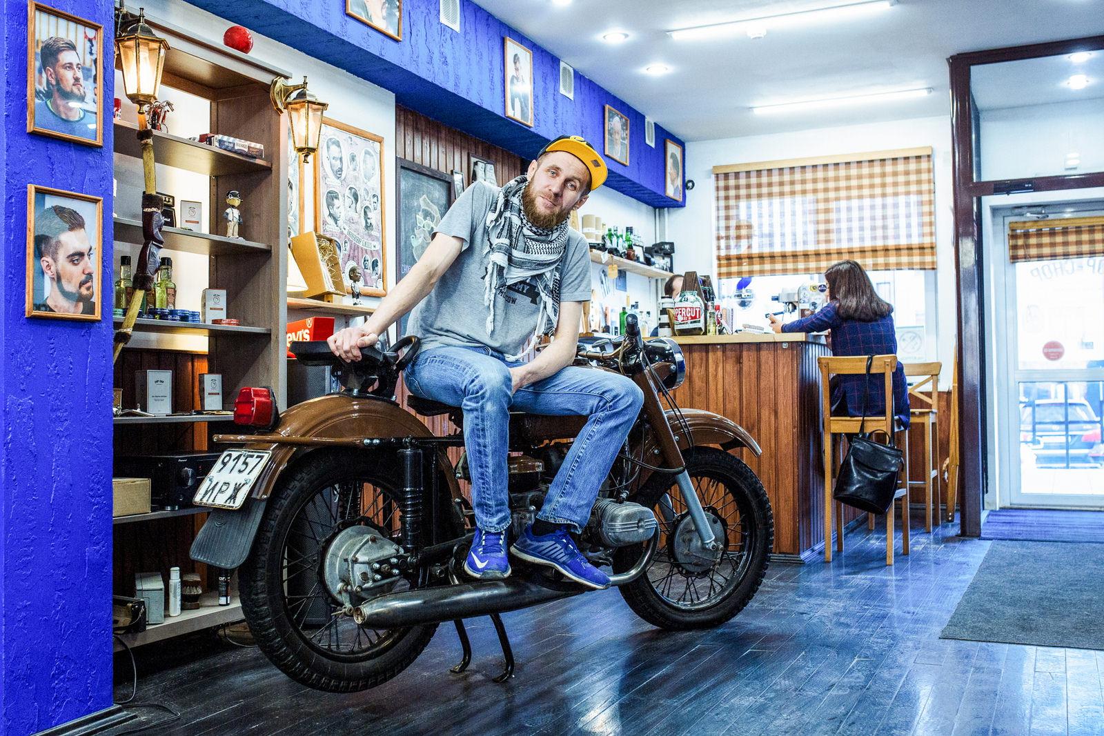 В салоне работают увлеченные люди. Своими силами они полностью восстановили мотоцикл, который 12 лет простоял на улице, а теперь украшение салона