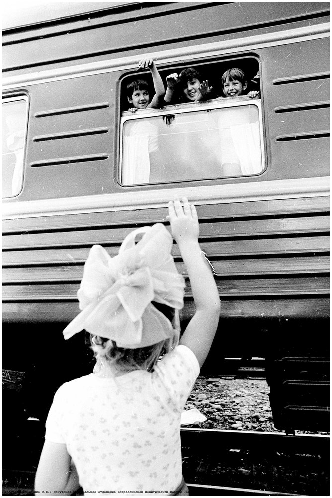 Первый пассажирский поезд Иркутск–Северобайкальск  / фот. Э. Д. Брюханенко. – 1980. – 1 фотонегатив (1 кадр.) : черн-бел., 35 мм.