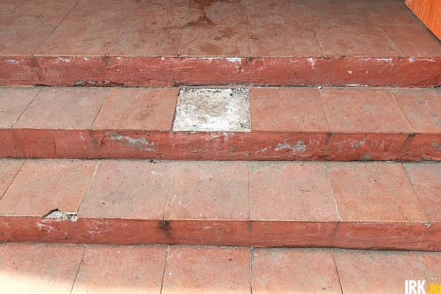 УК обязана в рамках текущего ремонта заменить напольную плитку