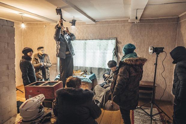 Игровую сцену снимали в пустующем домике на территории дацана в Аршане