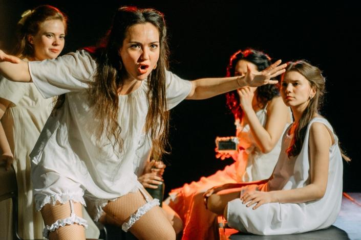 """Сцена из спектакля молодёжного камерного театра """"Подвал"""". Фото с сайта vk.com/teatrpodval"""