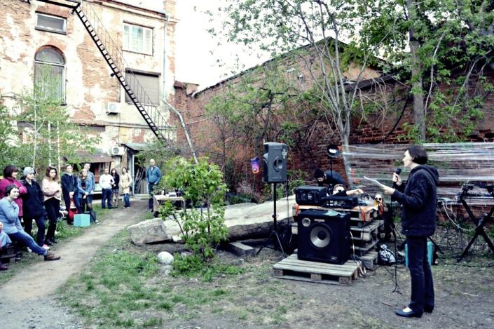 Поэты читают стихи во дворике Галереи сибирского искусства. Фото пресс-службы галереи