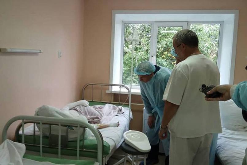 Губернатор в больнице. Фото со страницы Сергея Левченко в Facebook