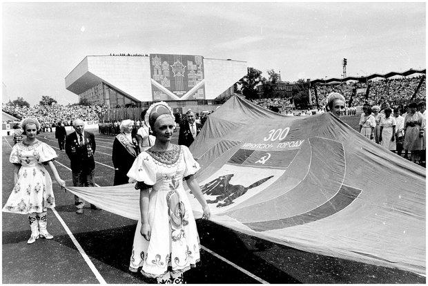 300-летие в Иркутске [Изоматериал] / фот. Э. Д. Брюханенко. - 1986. - 1 фотонегатив (1 кадр.) : черн-бел., 35 мм.