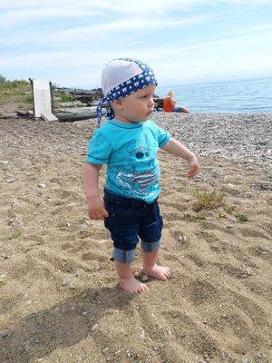 Сынок впервые на песке