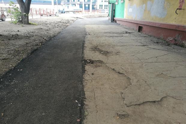 Тротуар вдоль домов № 6 и 8 на улице 2-й Железнодорожной