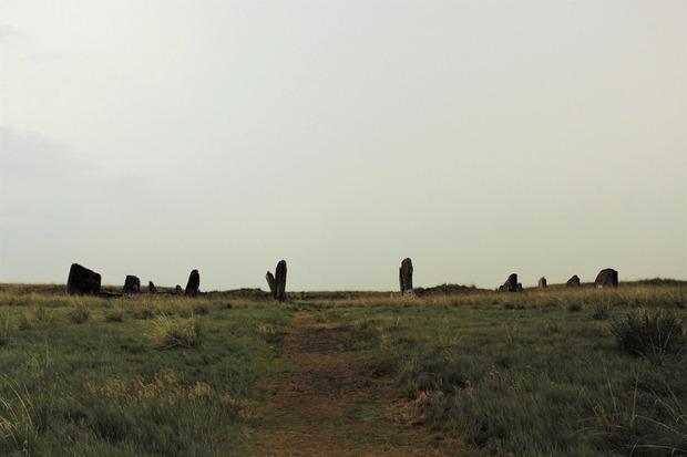 Каменный забор ограждал гробницу — земляную насыпь высотой с трехэтажный дом. Ее сравняли с землей при раскопках в советское время