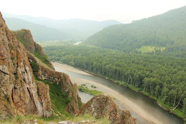 На Тропе предков множество пещер. По всей длине маршрута открывается прекрасный вид на реку Белый Июс