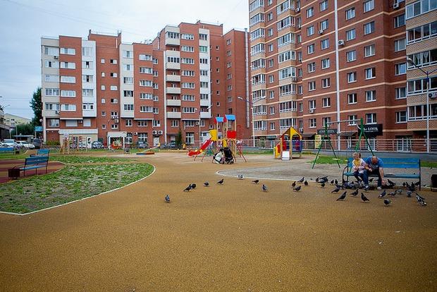 На площадке есть огороженное футбольное поле и несколько зон для маленьких детей