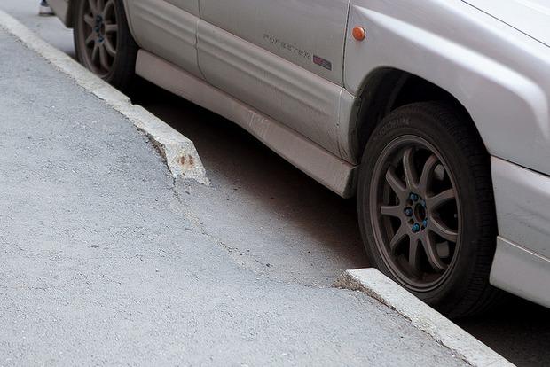 Съезды перегородили припаркованные вдоль тротуара машины