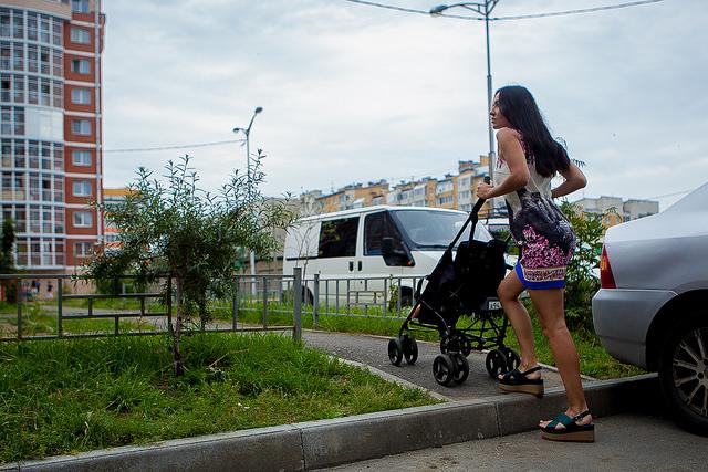 Детская площадка отгорожена от проезжей части, как того требует закон
