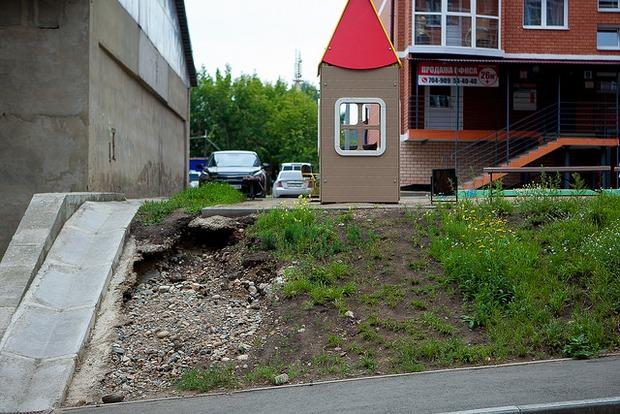 Игровой домик для малышей стоит на самом краю площадки