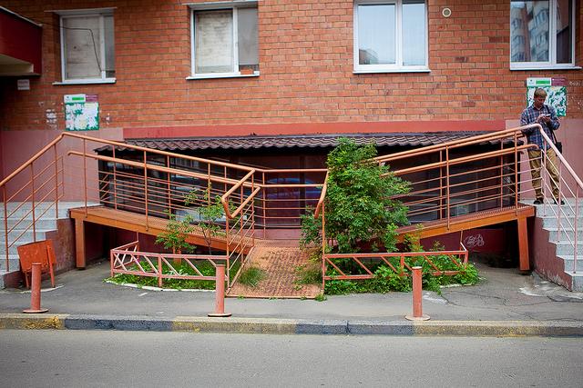 Возле каждого подъезда построен пандус