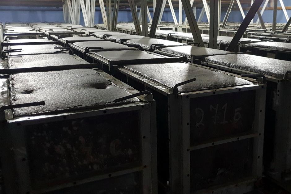 Залитые формы газобетона сушатся в специальной камере