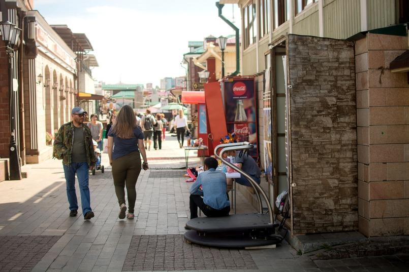 Тротуары заняты продавцами сувениров и развлечений