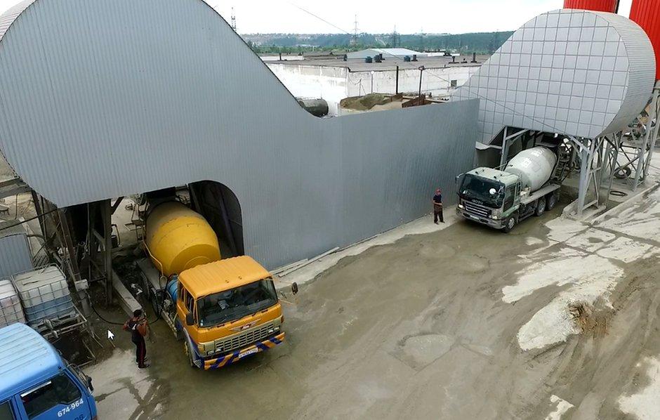 На двух бетонных заводах загружаются миксеры