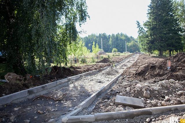 Работы на месте строительства пешеходной аллеи
