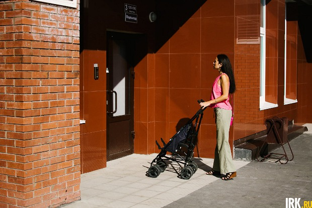 Вход вподъезд сделан на одном уровне с тротуаром, чтобы жильцам не подниматься поступенькам