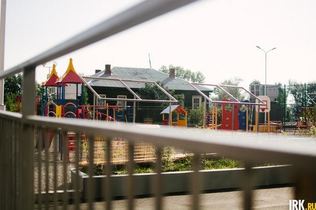 Детская площадка находится на крыше подземной парковки, к которой ведет крутая лестница