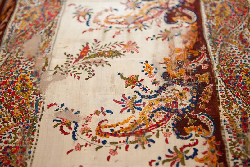 Шаль выставляют в экспозиции по полгода, остальное время она хранится в фондах музея