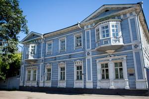 Дом князя Волконского был построен в 1838 году в селе Урик, а в 1845 году Сергей Григорьевич организовал перевозку своего двухэтажного дома в Иркутск.