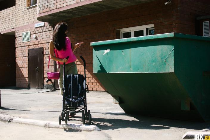 Мусорный контейнер стоит возле подъезда