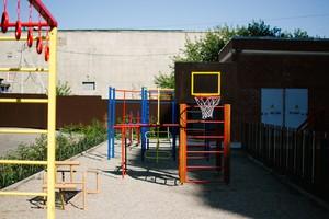 Детская площадка не огорожена, съездов нет