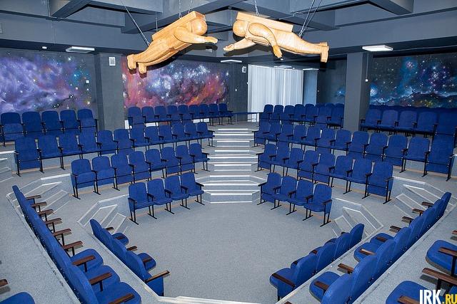 В школе есть учебный амфитеатр на 335 мест