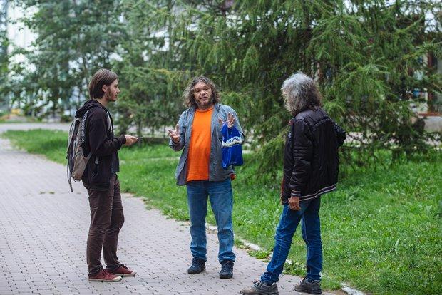 Журналист Вадим Палько беседует с художником Алексеем Яшкиным (в центре)