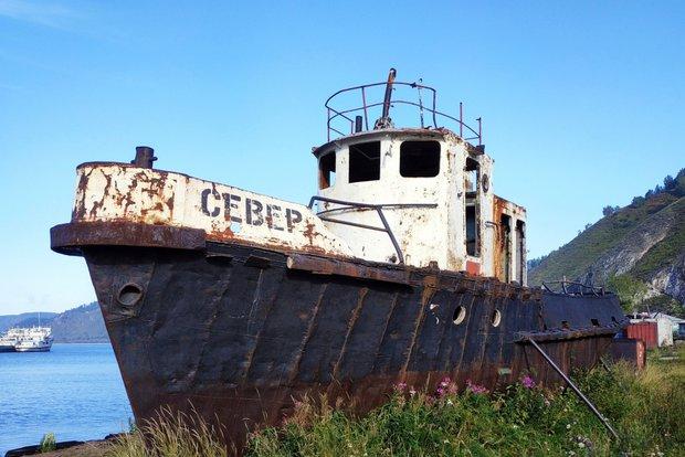 Старый корабль на причале у Порта Байкал