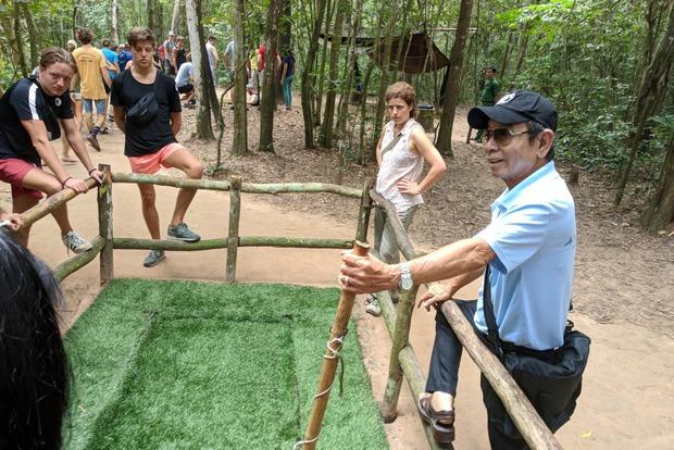 Мистер Бин показывает одну из ловушек, которую делали вьетнамцы для солдат США