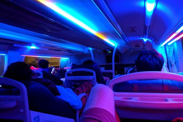 В спальном автобусе для каждого пассажира: комфортное место с пледом, бутылка воды, кондиционер и вай-фай. Обувь при входе снимают, водитель выдает под нее пакет
