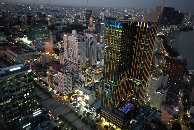 Вид на вечерний Сайгон с башни Bitexco