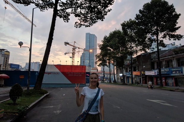 На часах 05:37. С рассветом город показался очень контрастным. Позади домов (на фото — справа), напоминающих трущобы, стали видны небоскребы
