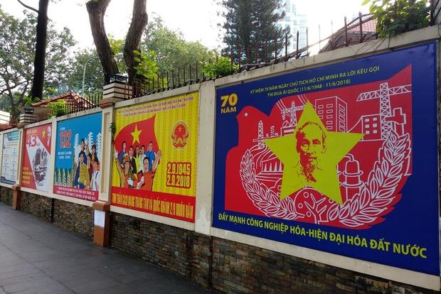 Объединяют Нячанг и Сайгон вот такие плакаты. Вьетнам — социалистическая страна, и об этом помнишь, в какой бы его точке ни был