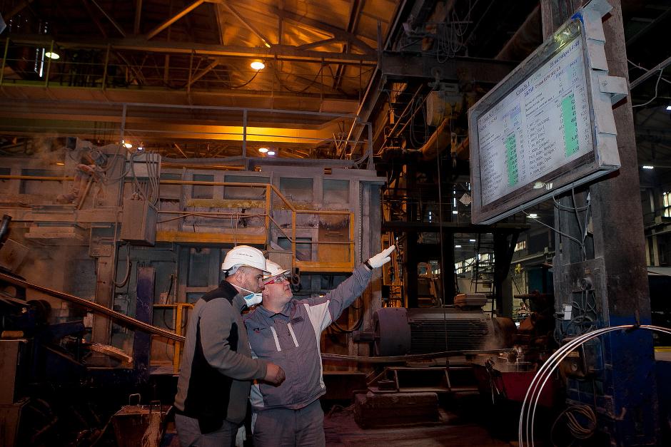 На табло в режиме реального времени отображаются технологические параметры производства