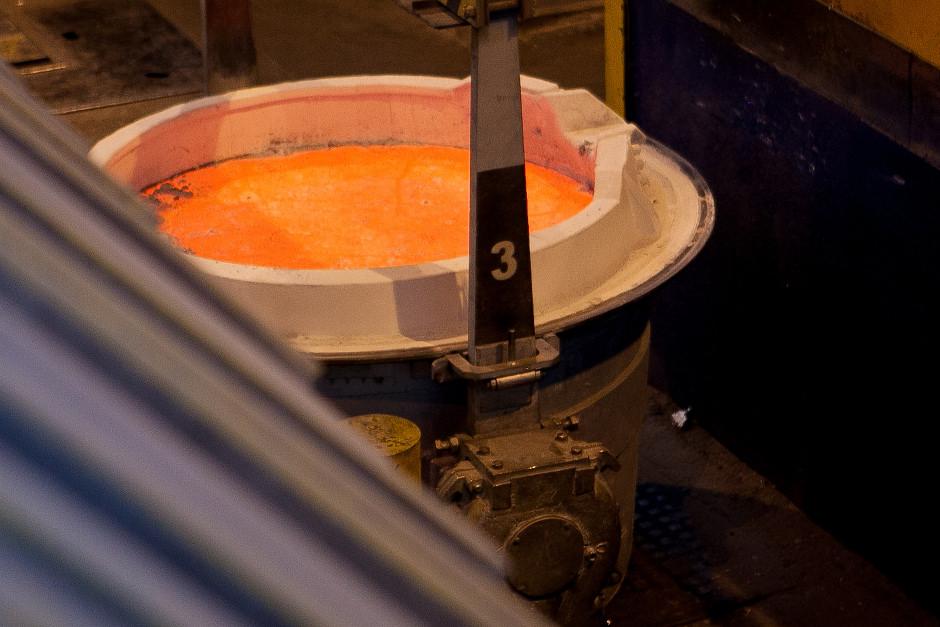 Когда температура алюминия достигает 960 градусов, он имеет насыщенный яркий красно-оранжевый цвет