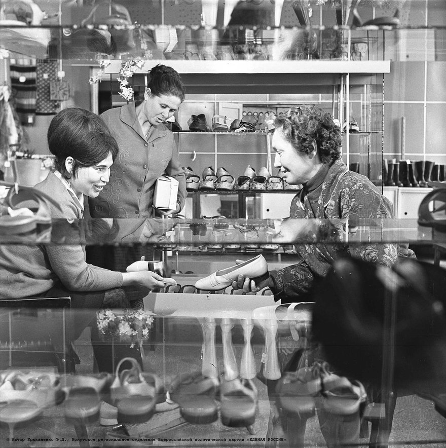 Торговля в Иркутске, магазины на ул. Урицкого  / фот. Э. Д. Брюханенко. - 1978. - 1 фотонегатив (1 кадр.) : черн-бел., 6x6 см.