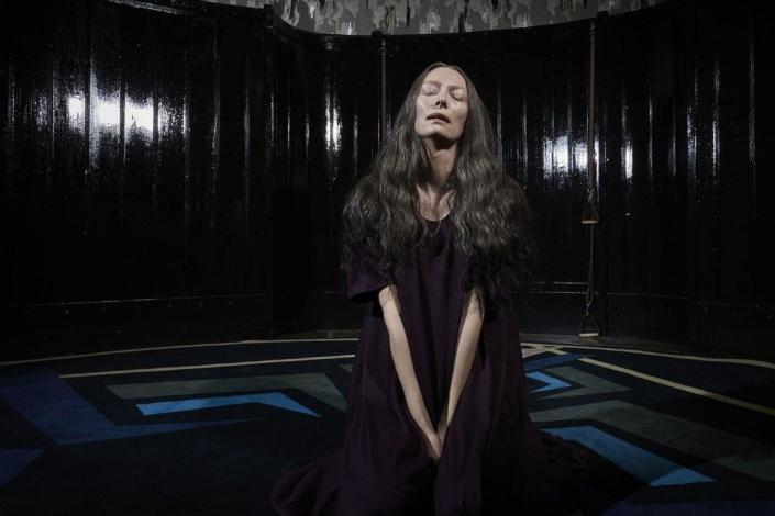 Тильда Суинтон в роли мадам Блан. Кадр из фильма «Суспирия» с сайта www.kinopoisk.ru