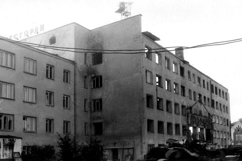 Дворовой фасад центрально части здания, пострадавший при пожаре, левое крыло снесено. Фото pribaikal.ru