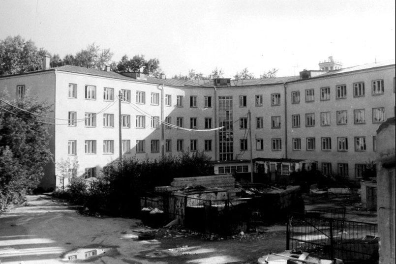 Дворовой фасад правого крыла здания, сохранившегося при пожаре. Фото pribaikal.ru