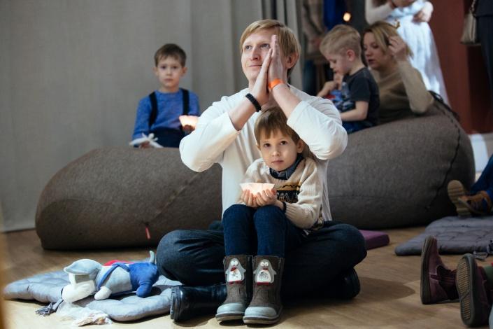 Гости рождественского праздника в Галерее Виктора Бронштейна. Фото предоставлено галереей