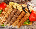 Ассорти из люля-кебаб с овощами гриль