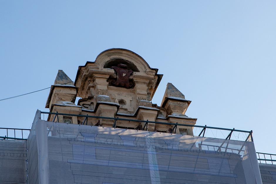 В этом году обветшавший фасад закрыли баннером